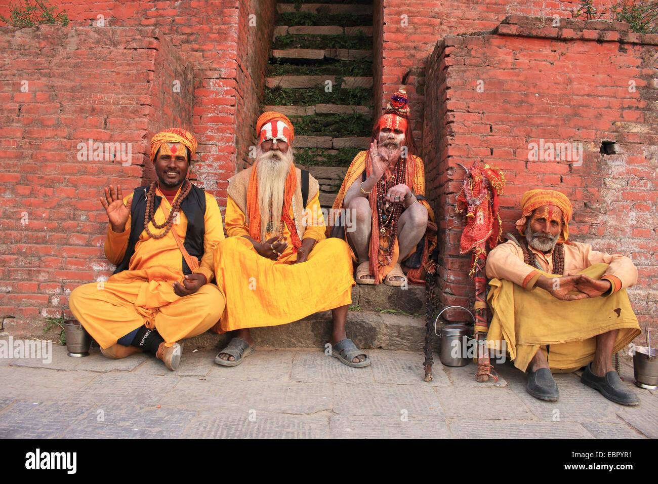 four sadhus sitting at a stair, Nepal, Kathmandu, Pashupatinath - Stock Image