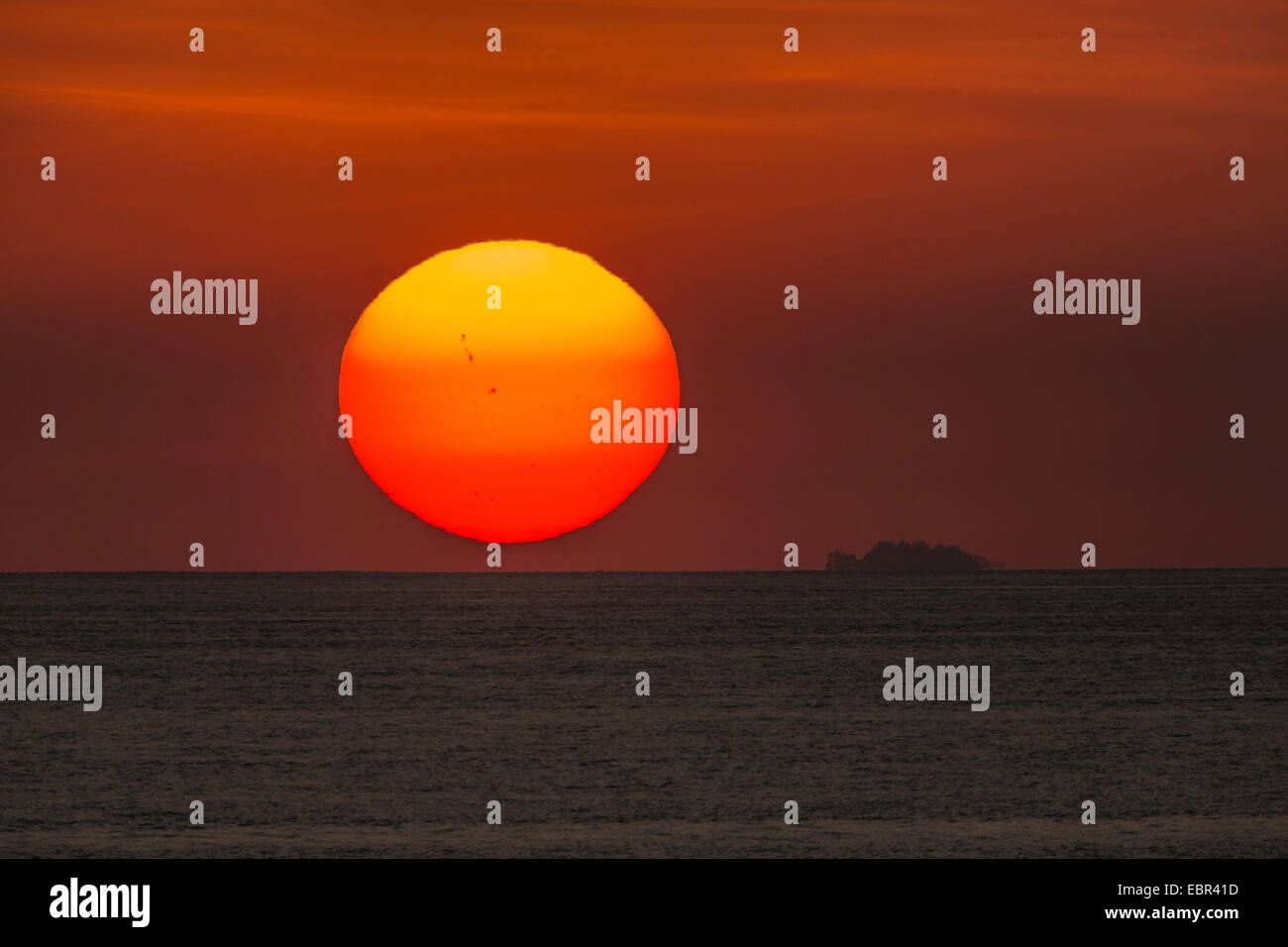 sun with sunspots setting over the Pacific Ocean, Costa Rica, Pazifikkueste - Stock Image