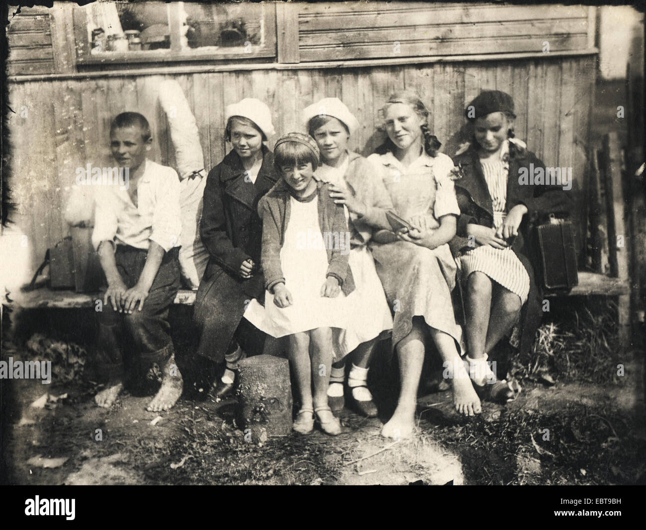 Children on summer vacation in the countryside, circa 1940 - Stock Image