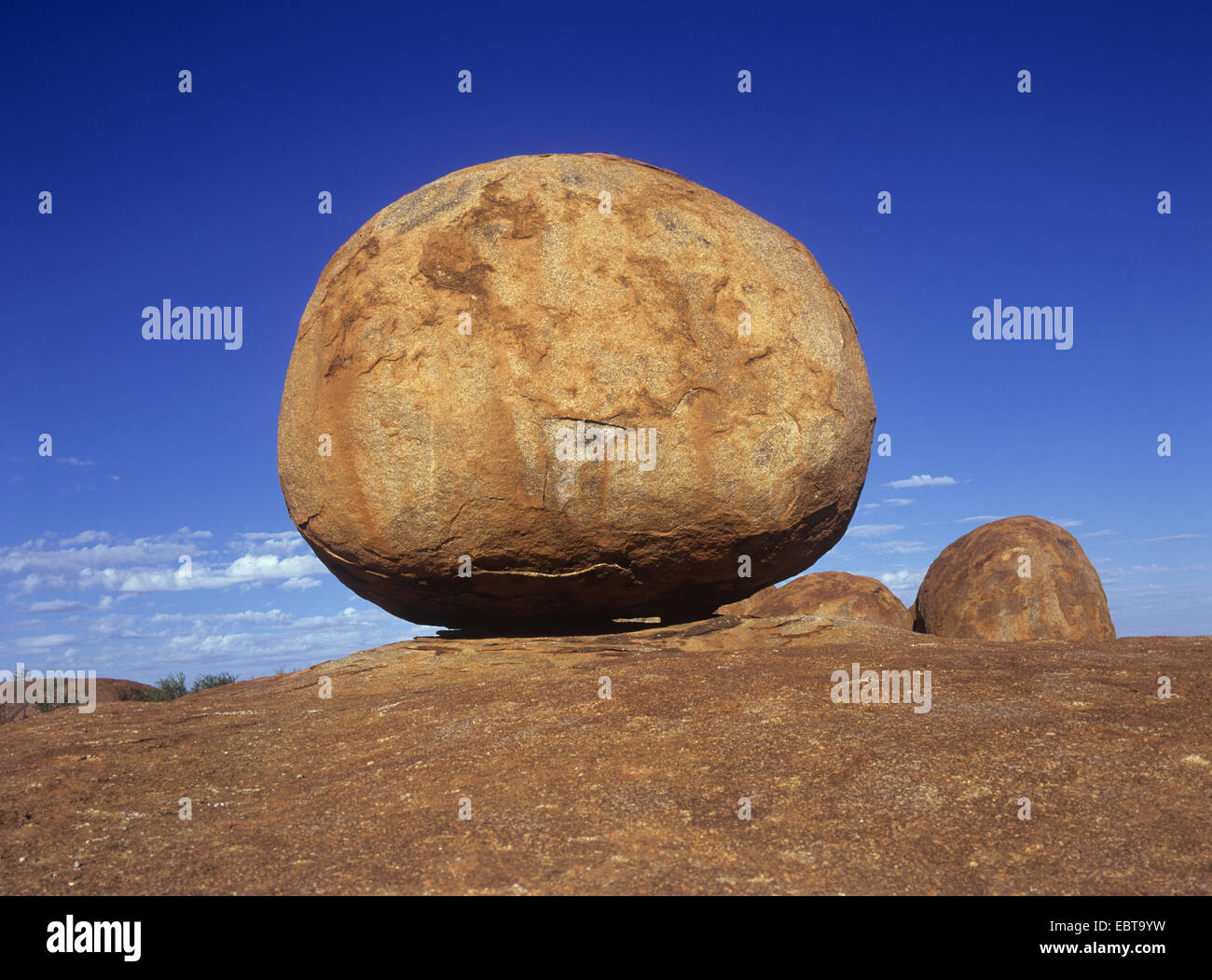 Karlu Karlu / Devils Marbles - perfectly round granite stones formed by erosion in the Australian desert, a sanctuary - Stock Image