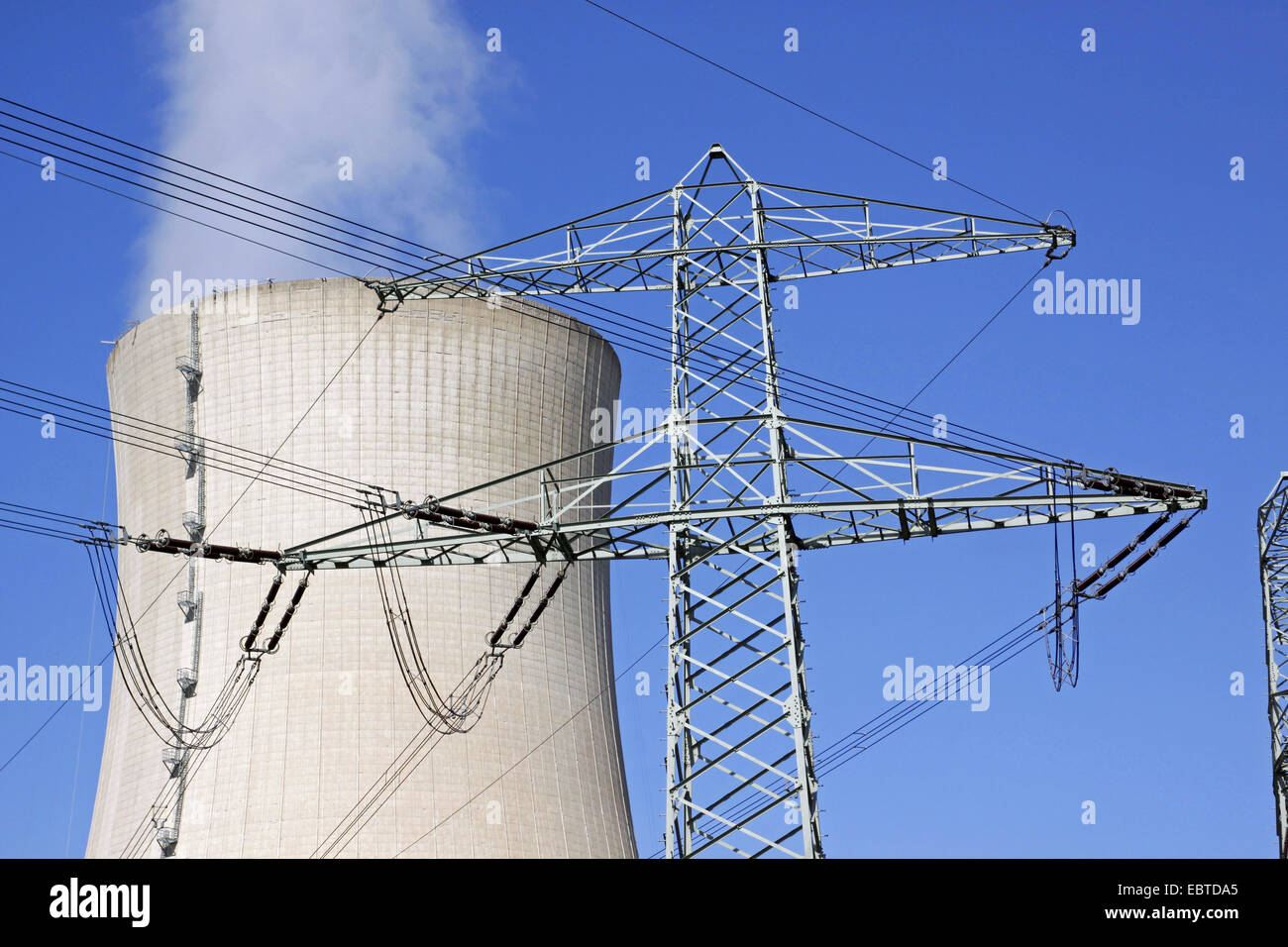power pole in front of two looming cooling towers of the nuclear power plant Grohnde, Germany, Lower Saxony, Grohnde - Stock Image
