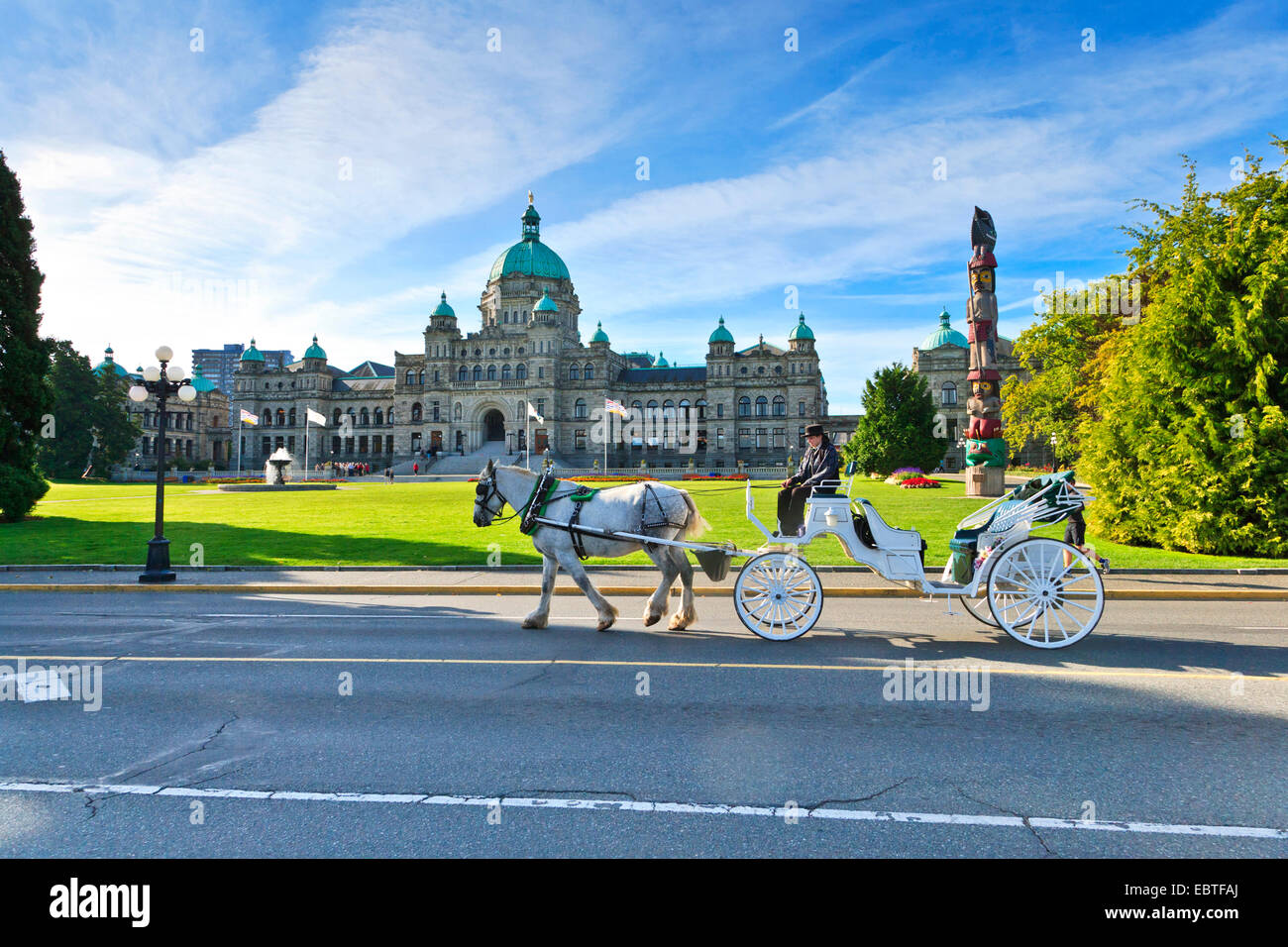 Horse carriage in front of the Parliament Building, Canada, British Columbia, Vancouver Island, Victoria - Stock Image