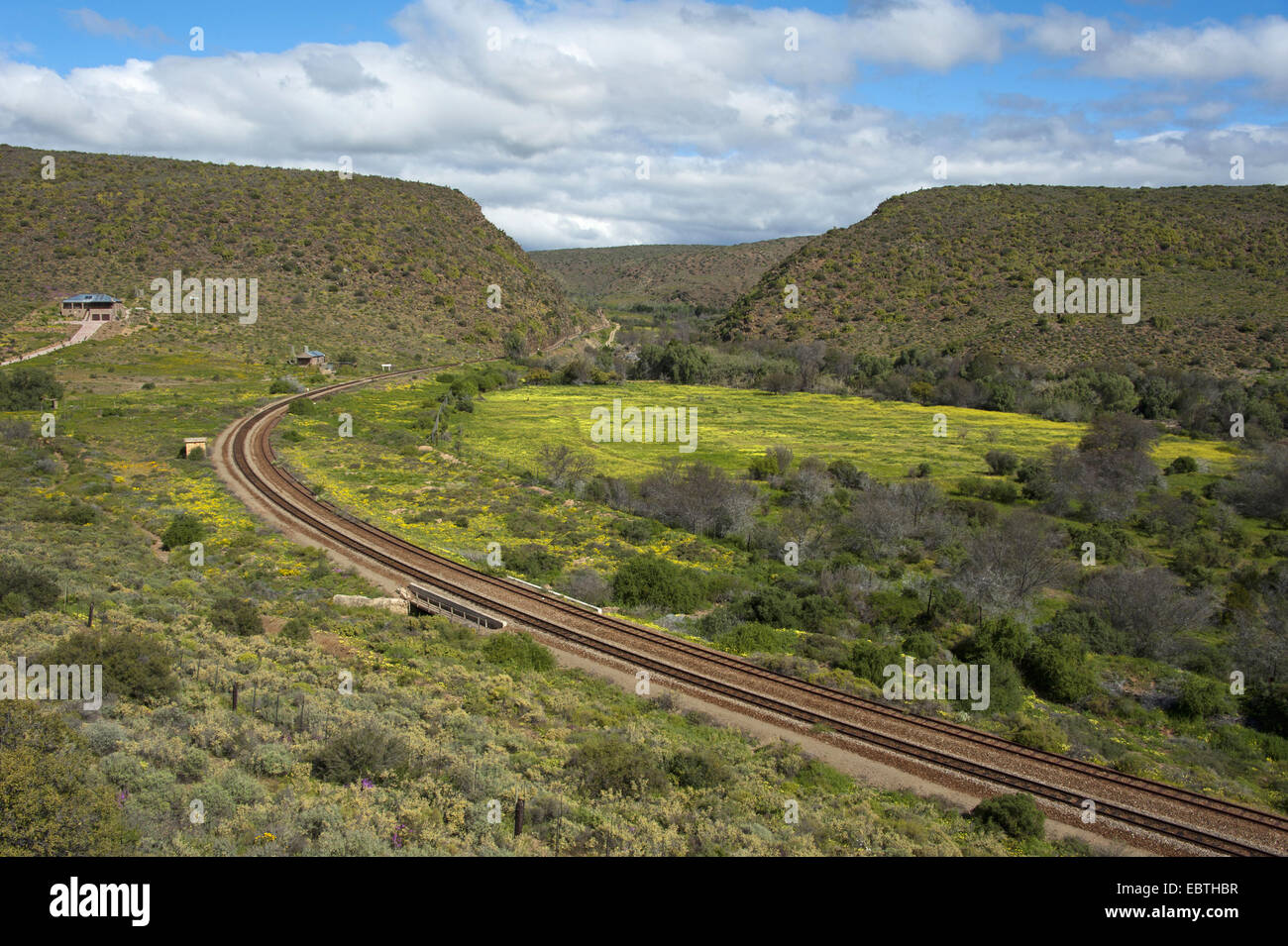 railroad track in hilly landscape, South Africa, Western Cape, Oudtshoorn - Stock Image