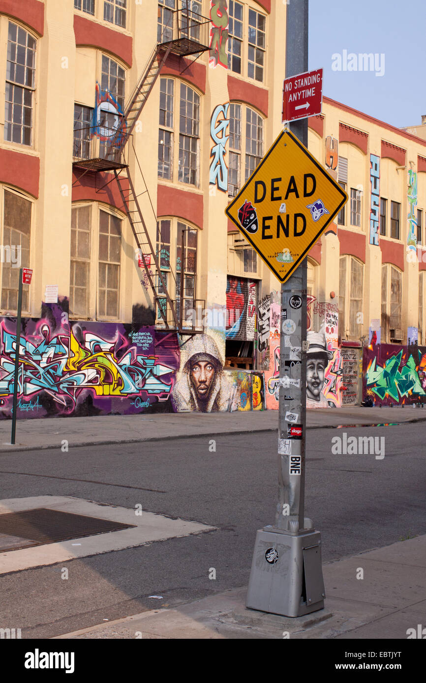 dead end sign in front of old factory building, USA, Brooklyn, New York City - Stock Image