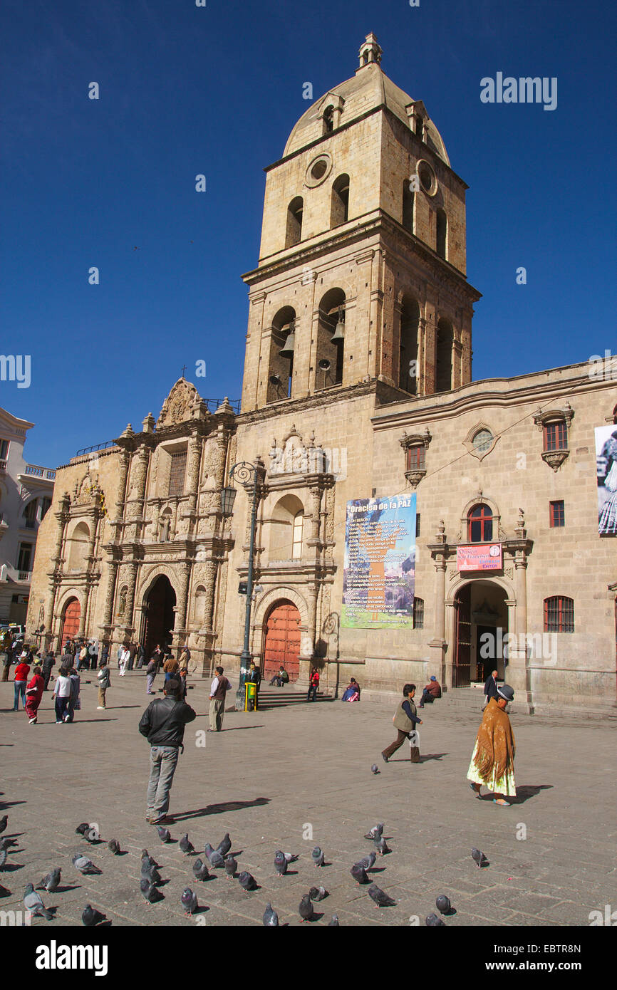 people and pigeons on the saure in of the church San Francisco in La Paz, Bolivia, La Paz - Stock Image