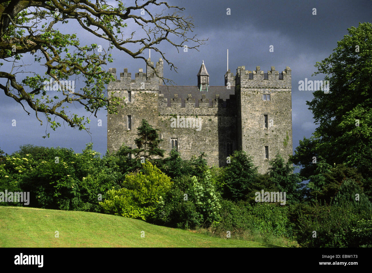 Bunratty Castle at sunshine and upcoming thunderstorm, Ireland, Clarens, Bunratty - Stock Image