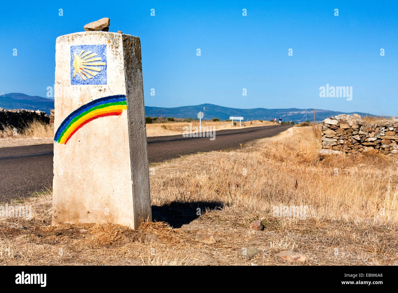 guidepost with rainbow an pilgrim's shell, Spain, Kastilien und Le�n - Stock Image