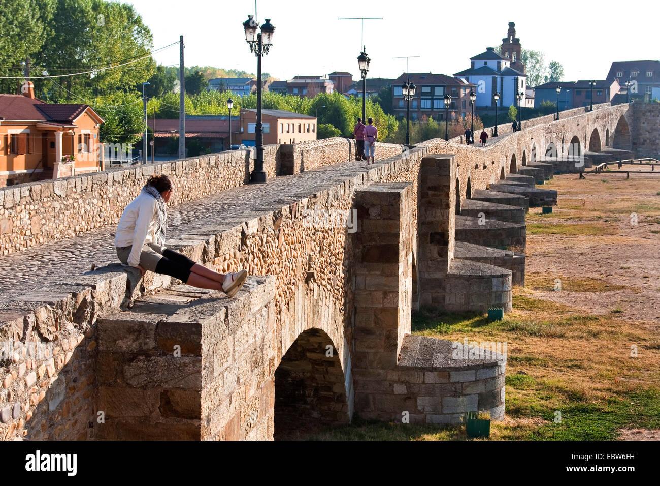 mediaeval bridge 'Puente de �rbigo' in the morning sun, Spain, Kastilien und Le�n, Hospital de �rbigo - Stock Image
