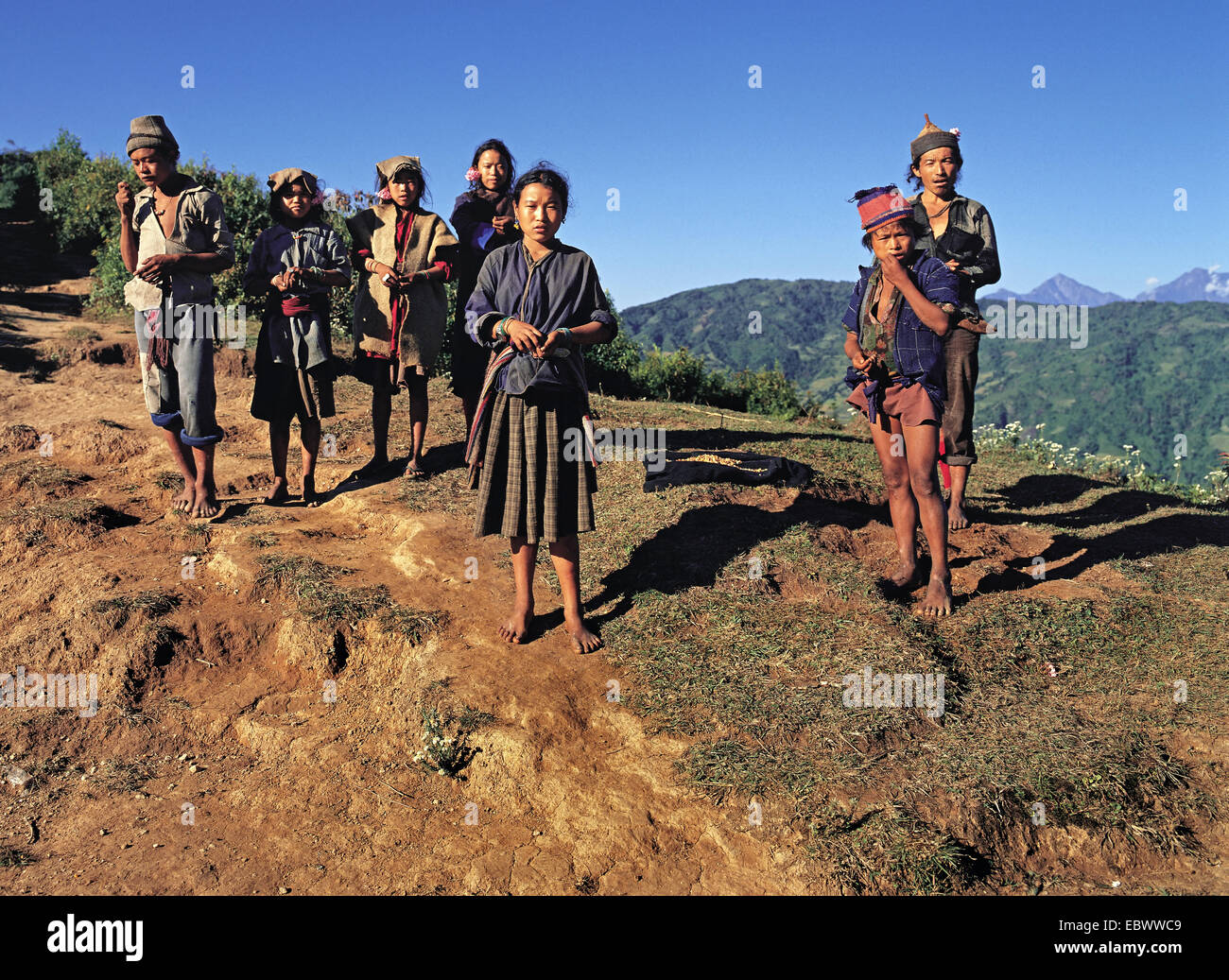 group of Tibetans standing on the Makalu trail above the Arun River, Nepal, Numana - Stock Image