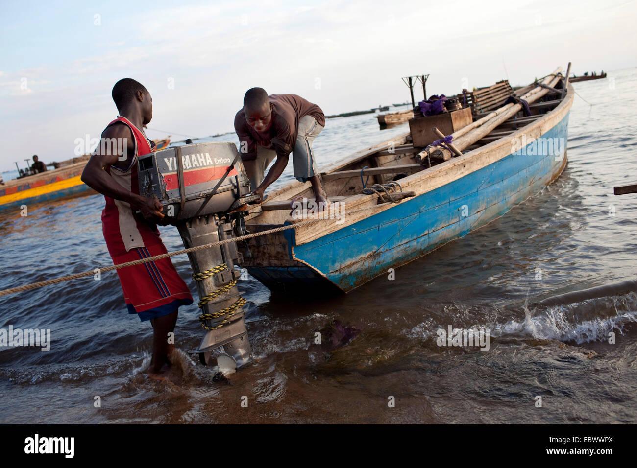 fishermen fixing engine at traditional fishing boat, Burundi, Mvugo, Nyanza Lac - Stock Image