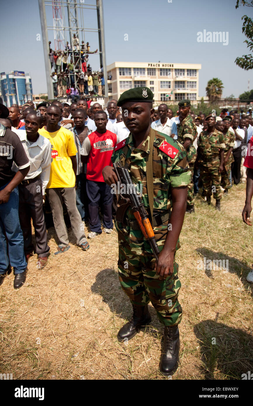 armed soldiers in front of a crowed of people during an event at the Independence Day (Juli 1), Burundi, Bujumbura - Stock Image
