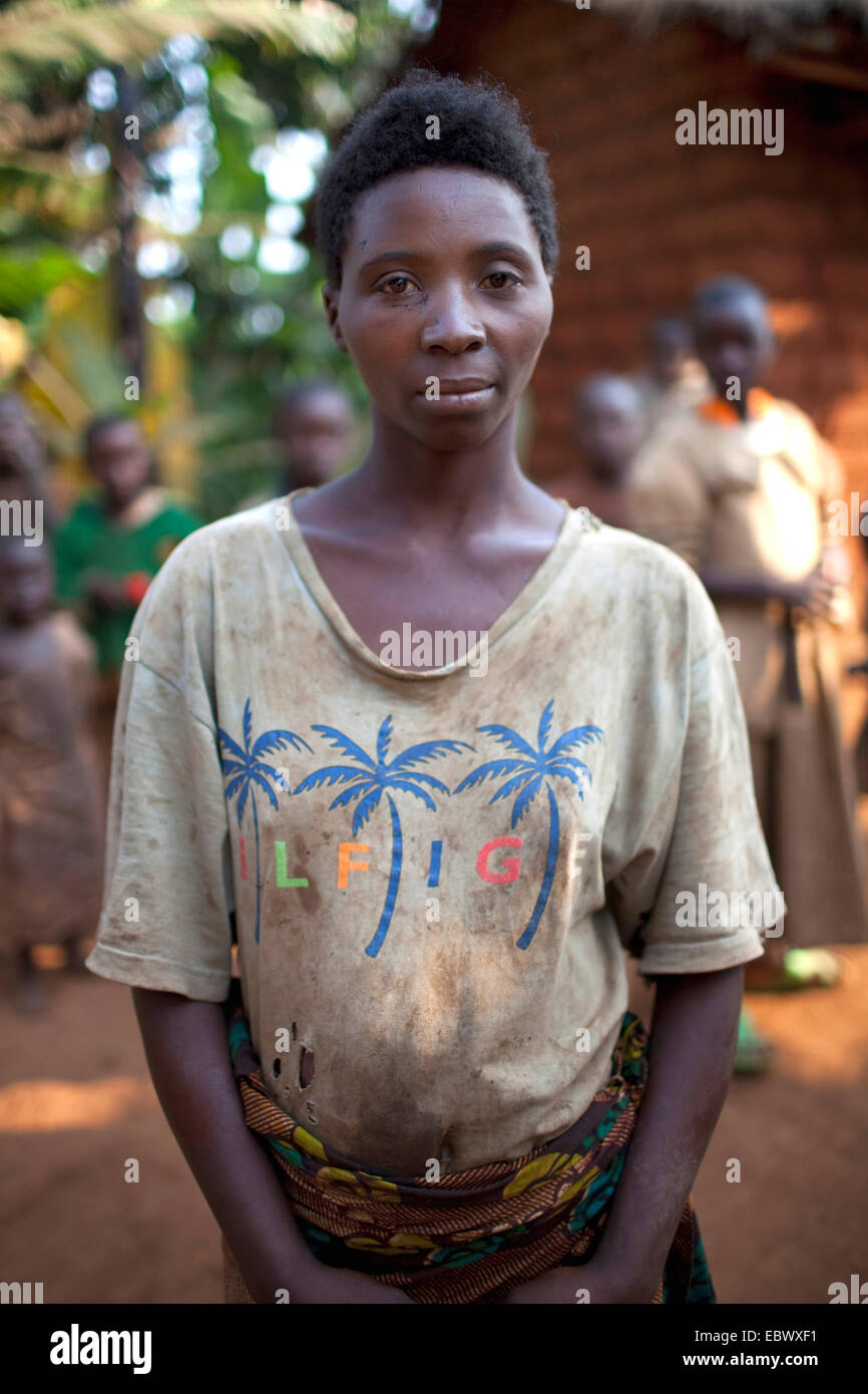young woman in a dirty T-shirt, Burundi, Karuzi, Buhiga - Stock Image