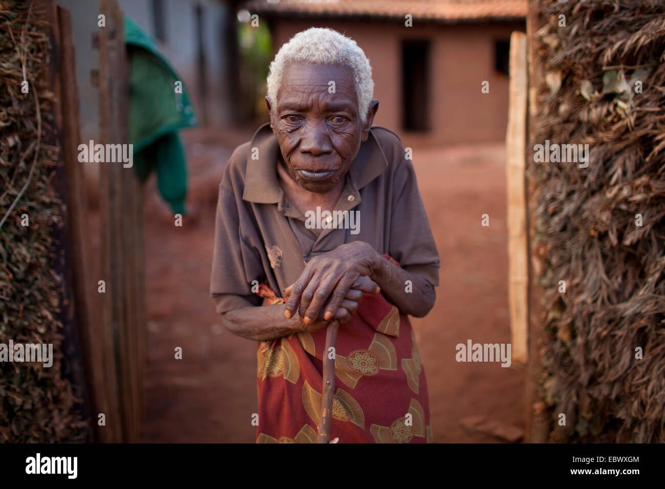 portrait of old woman at the entrance, Burundi, Karuzi, Buhiga - Stock Image