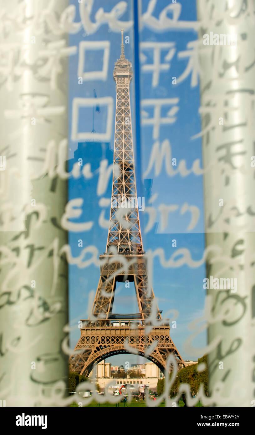 Blick auf den Eiffelturm durch Glasscheibe mit Schriftzuegen in unterschidlichen Schriften an der �cole Militaire - Stock Image
