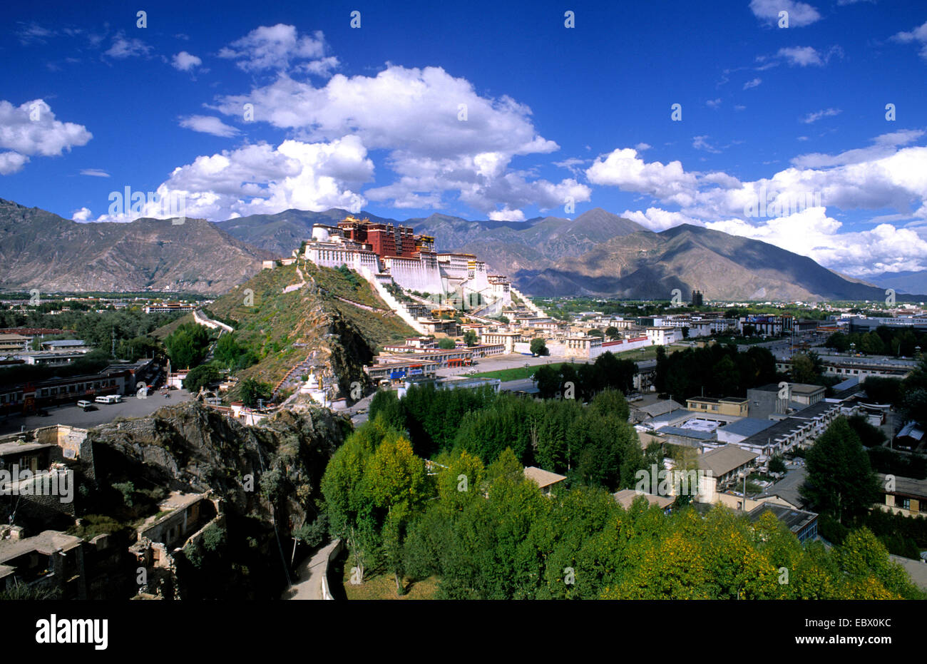 Potala Palace on mountain range, the home of the Dalai Lama, China, Tibet, Lhasa - Stock Image