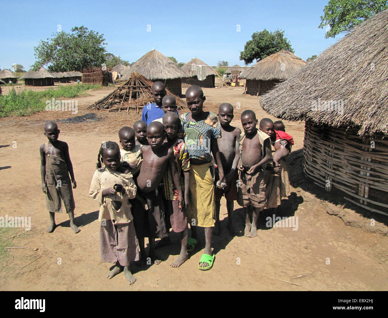 group photo of inhabitants of a refugee camp for internally displaced people in northern Uganda around Gulu, simple - Stock Image