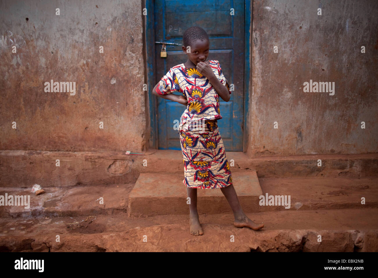 little girl standing at the entrance of mud house, Burundi, Karuzi, Buhiga - Stock Image