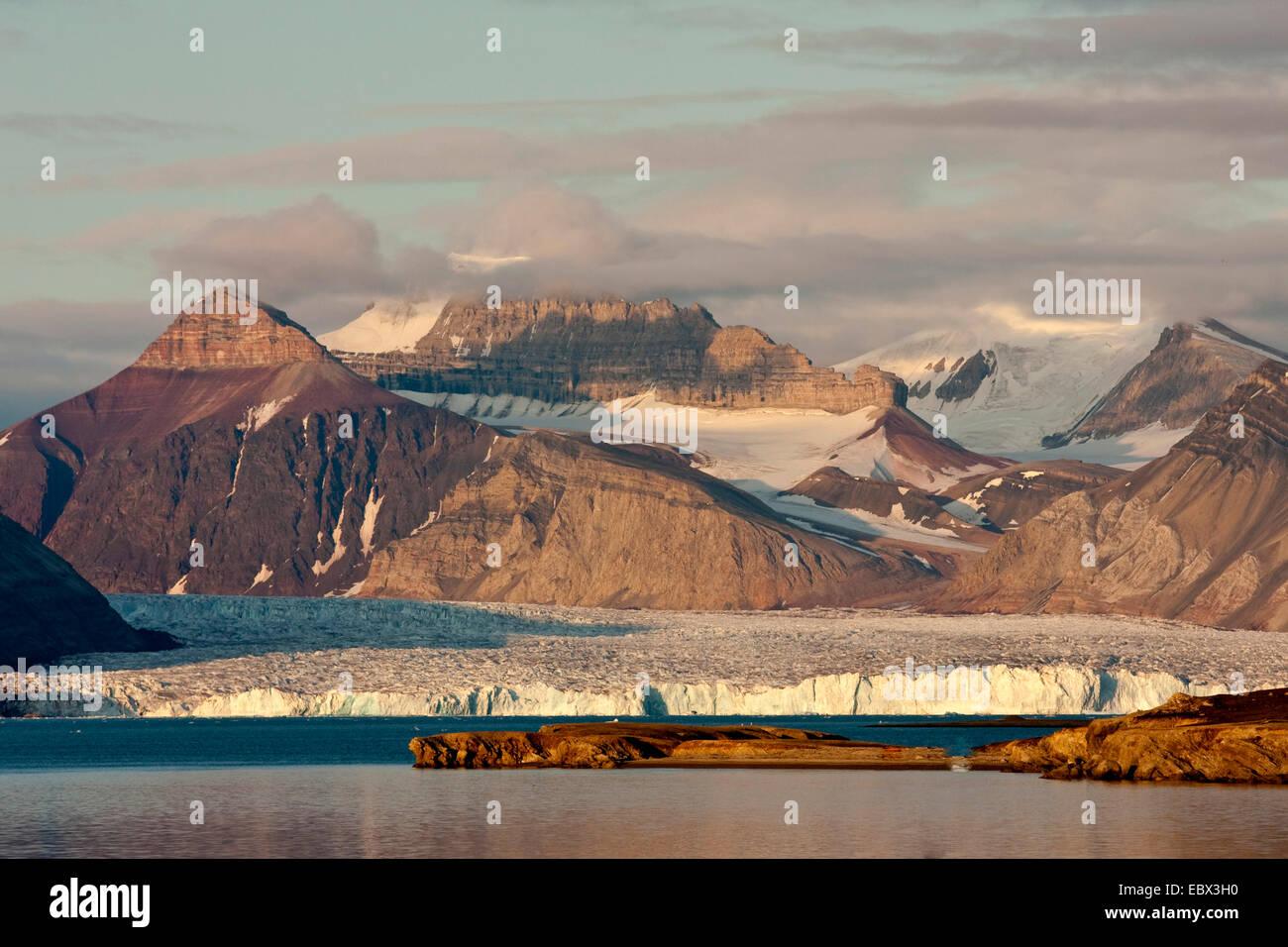 view from Ny Alesind ober a glacier to Dronningfjella, Norway, Svalbard, Kongsfjord, Ny Alesund Stock Photo