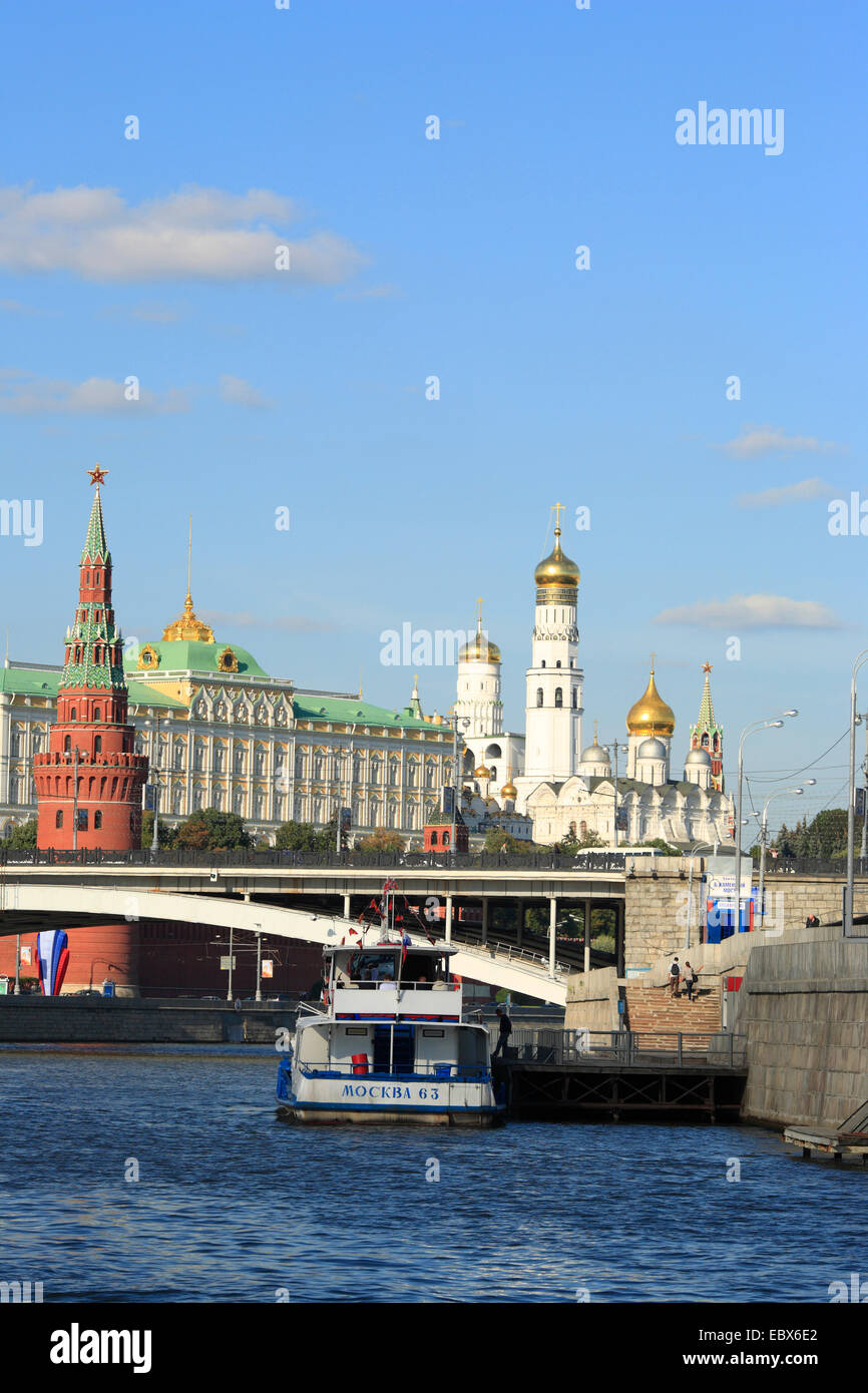 Tourist ship on Moskva river with Moscow Kremlin, Russia, Moskau - Stock Image