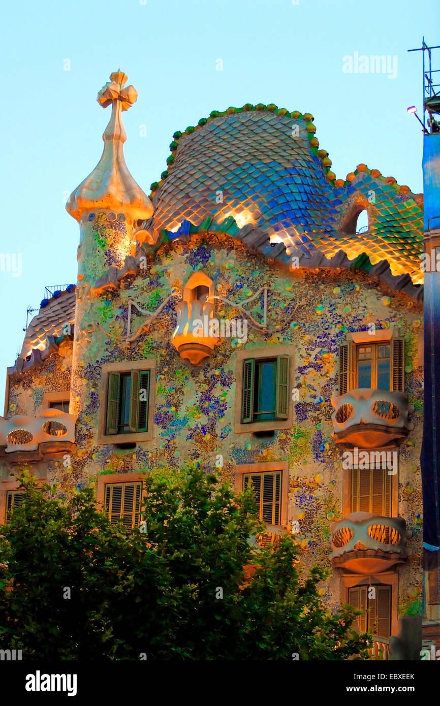casa batllo antoni gaudi illuminated cladding spain barcelona