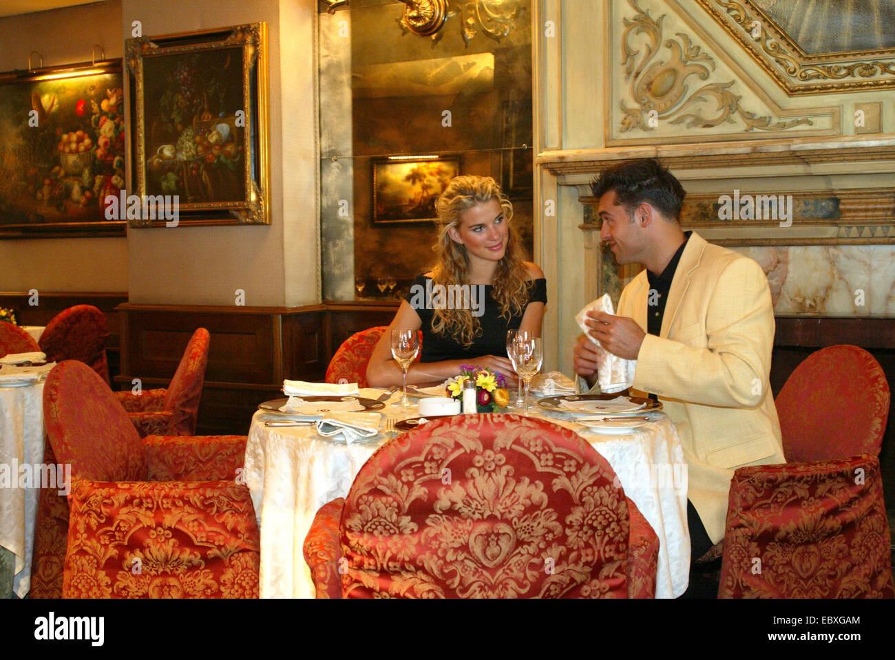 Paar in Harrys Bar, an der Via Veneto in Rom, Flirt, Gespraech, Dinner |  | BLWS119183.jpg [ (c) blickwinkel/K. - Stock Image