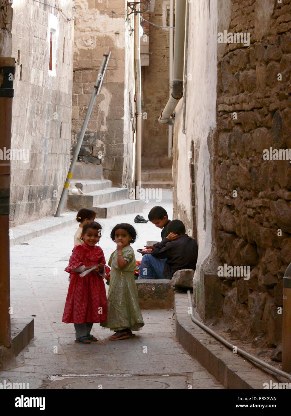 children in alley of old town, Yemen, Sanaa - Stock Image
