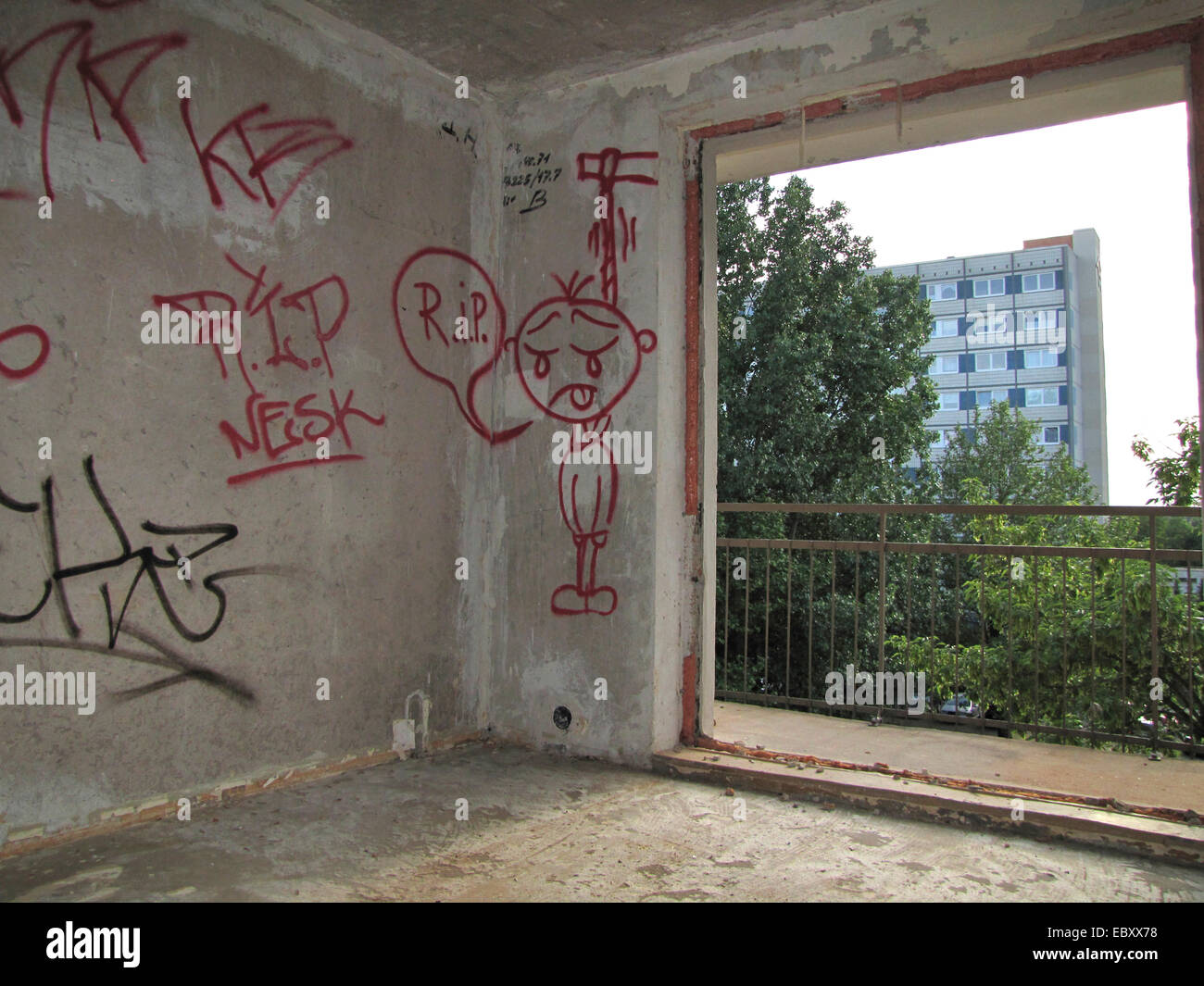abandonned appartment with graffitis on the wall in a run down housing estate, Germany, Saxony-Anhalt, Magdeburg - Stock Image