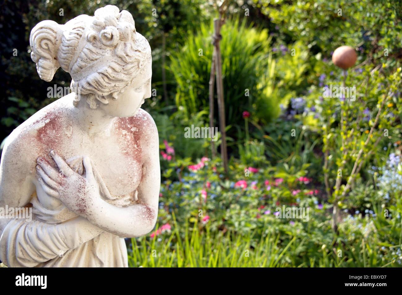 Aussen Darstellung Figur Garten Gruen Park Skulptur Sommer