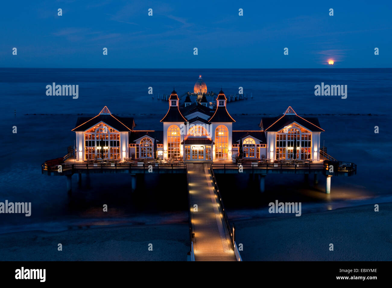 Sellin Pier with the rising moon, Baltic Seaside Resort Sellin, Rügen, Mecklenburg-Western Pomerania, Germany - Stock Image