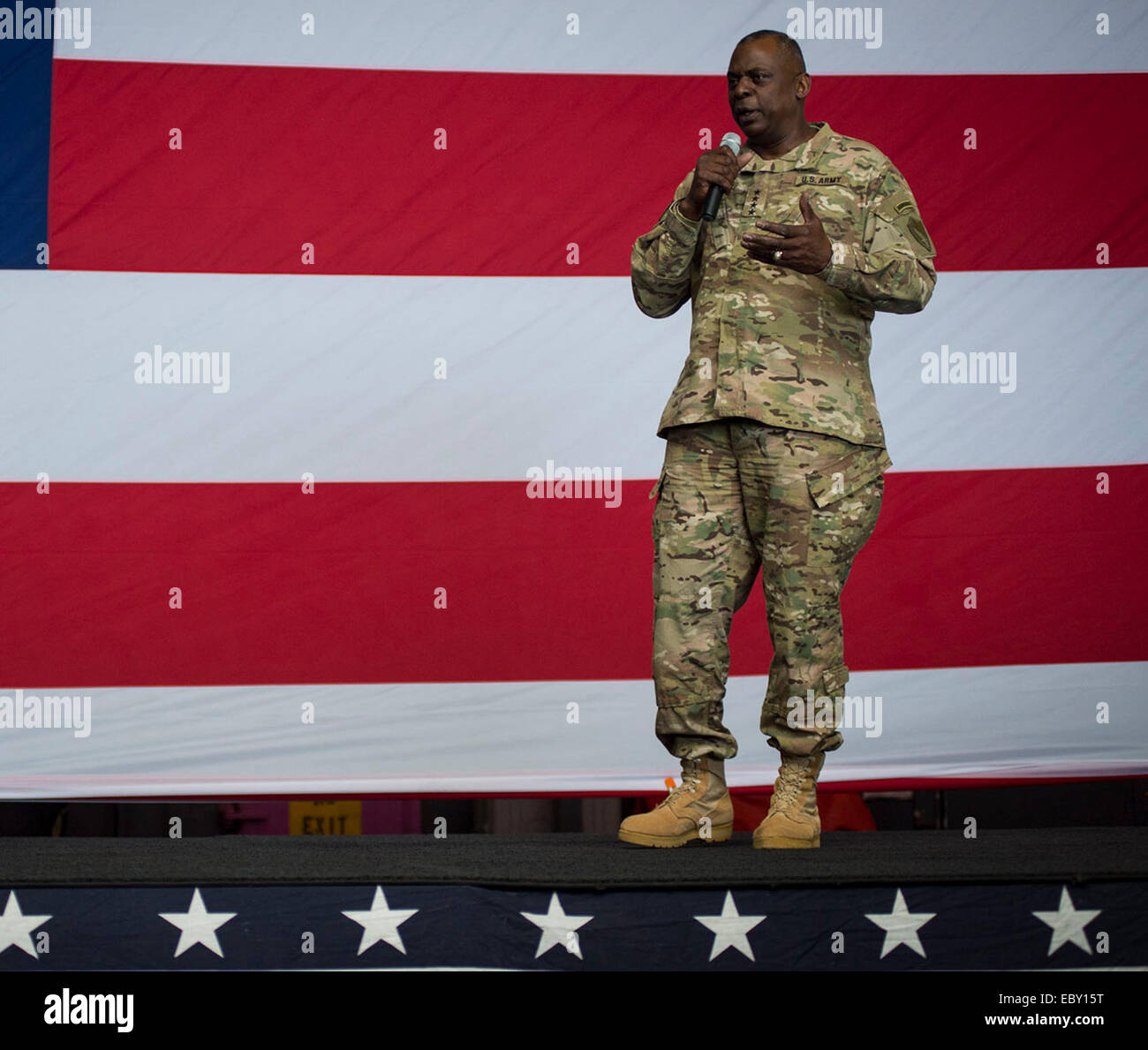 US General Lloyd Austin III, commander of U.S. Central Command delivers remarks to the crew of the aircraft carrier - Stock Image