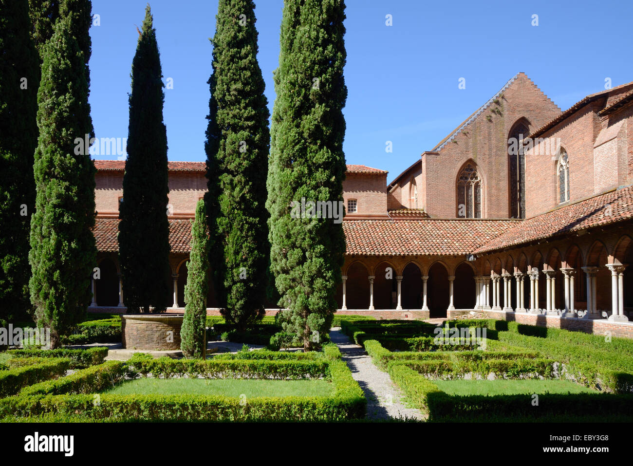 Cloisters and Courtyard Garden Eglise des Jacobins or Church of the Jacobins (1230) or Monastery Toulouse Haute Stock Photo