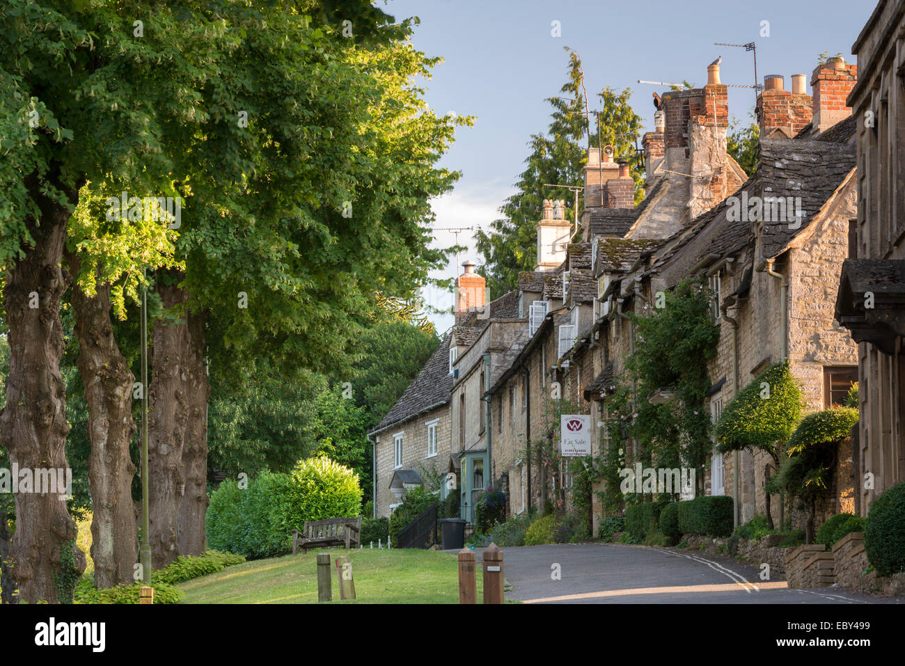 Pretty cottages along The Hill in the Cotswolds town of Burford, Oxfordshire, England. Summer (July) 2014. - Stock Image