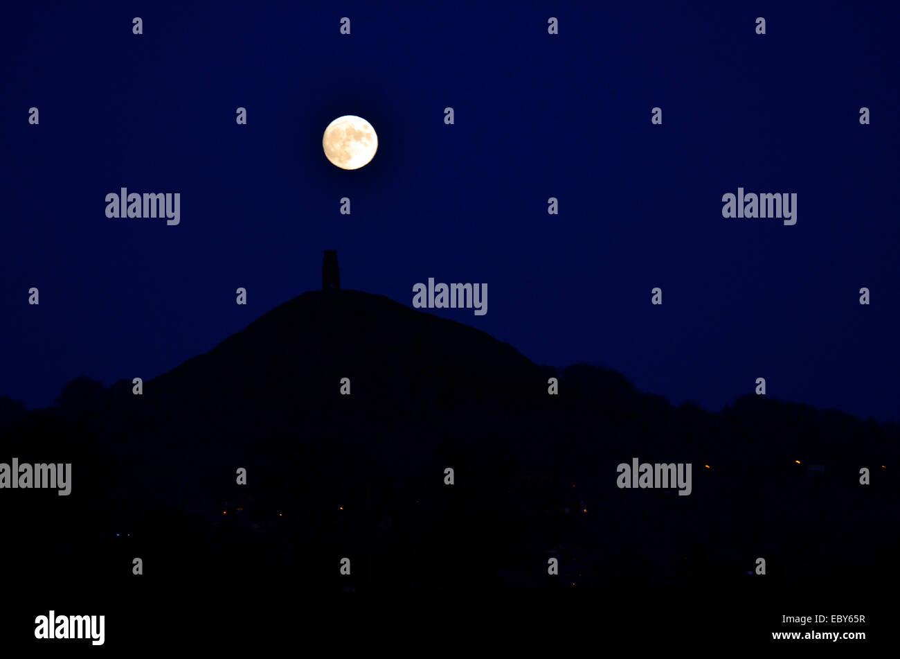 Glastonbury, UK. 05th Dec, 2014. Full Moon over Glastonbury Tor on a very Cold Evening. Credit:  Robert Timoney/Alamy - Stock Image