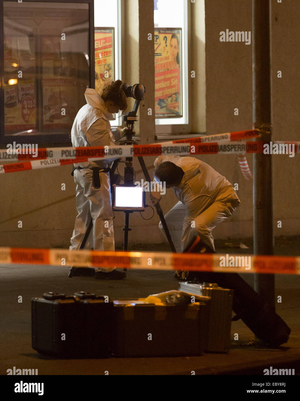 Hanover, Germany. 04th Dec, 2014. Police officers search for clues outside of a supermarket in Hanover, Germany, - Stock Image