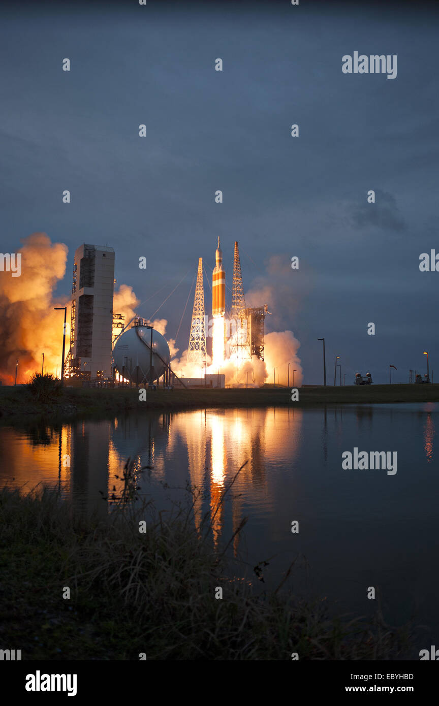 NASA's Orion spacecraft mounted atop a United Launch Alliance Delta IV Heavy rocket lifts off at Space Launch - Stock Image