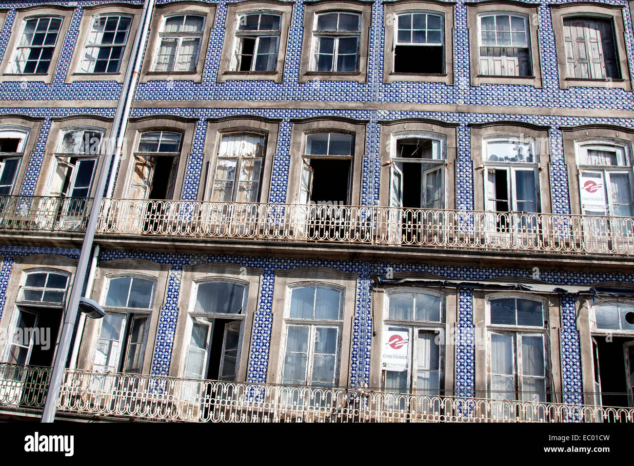 Abandon building in the centre of Porto, Portugal. - Stock Image