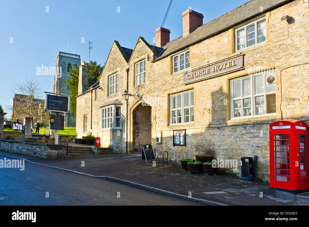 The village of Wedmore, Somerset, St Mary's Church and the George Hotel. - Stock Image