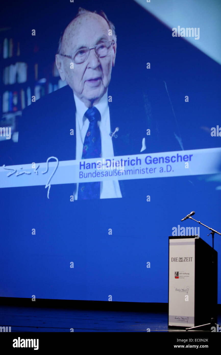 Hamburg, Germany. 07th Dec, 2014. A photo of the absent prize winnder Hans-Dietrich Genscher is on display during - Stock Image