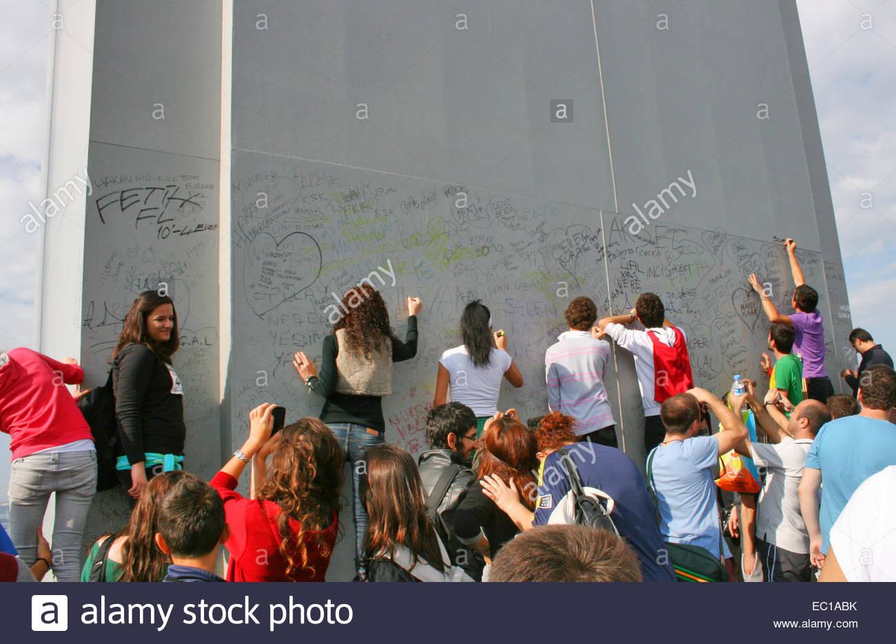 Teens write your names on Boshphorus Bridge during marathon in Istanbul,Turkey - Stock Image