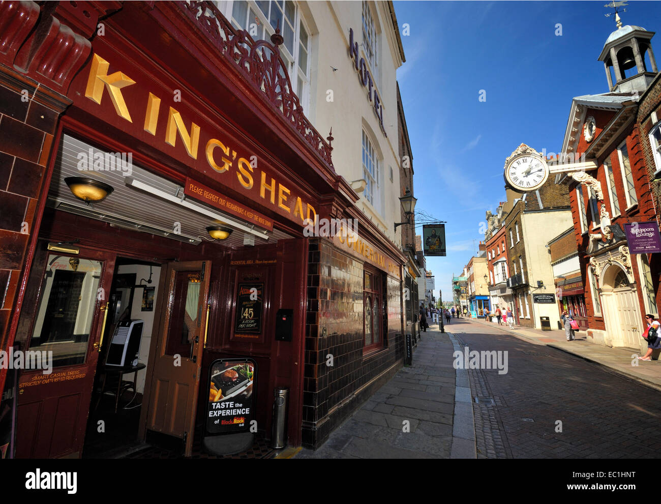 King's Head Dickens connection: the King's Head Hotel, High Street, Rochester, Kent, on the walls of which are to - Stock Image