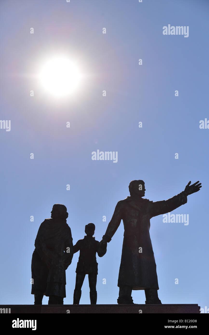Emigrants monument, sculpture of a emigrant family, Frank Varga, Bremerhaven, Bremen, Germany - Stock Image
