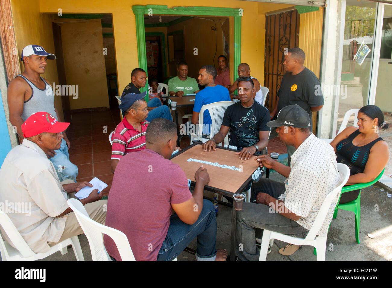 Dominikanische Republik, Halbinsel Samana, Sanchez, Männer spielen Domino - Stock Image