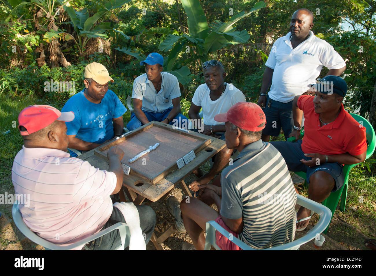 Dominikanische Republik, Halbinsel Samana, Santa Barbara de Samana, Männer spielen Domino - Stock Image