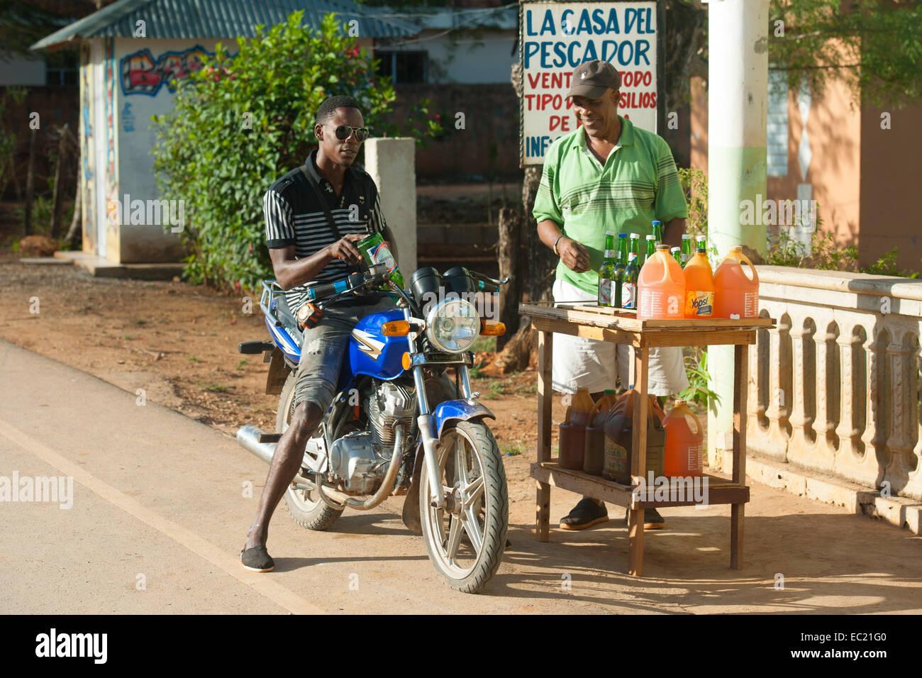 Dominikanische Republik, Halbinsel Samana, Los Galeras, Benzinverkauf an der Strasse Stock Photo