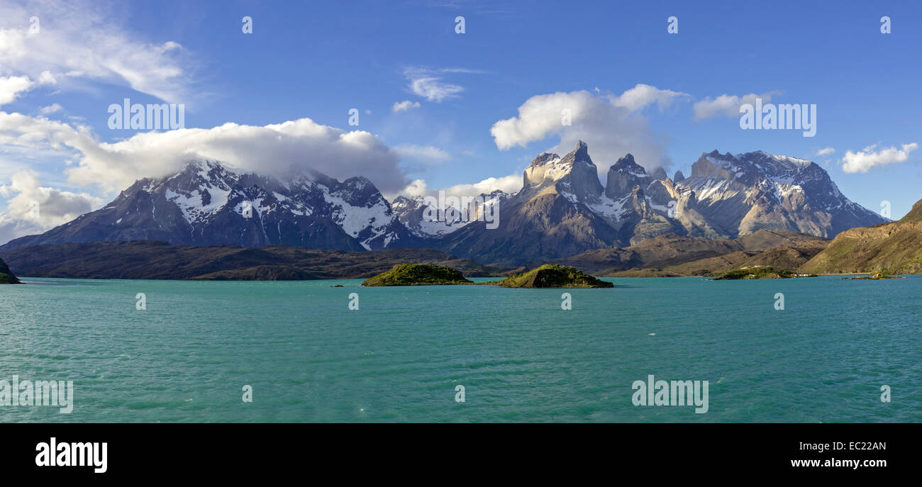 Lago Pehoe Lake and Paine Grande Massif, Torres del Paine National Park, Magallanes y la Antártica Chilena - Stock Image