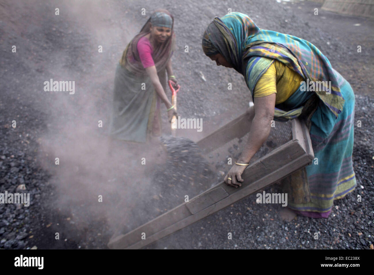Munshigonj, Bangladesh. 8th Dec, 2014. women labor working in dusty environment of waste coal processing by earning - Stock Image