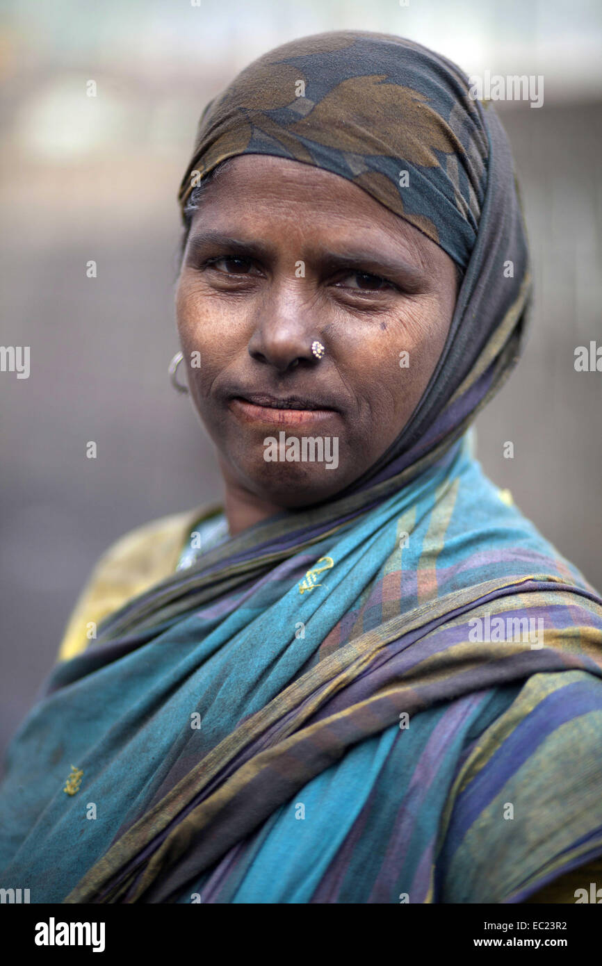 Munshigonj, Bangladesh. 8th Dec, 2014. women labor Shurma Akter age of 35 working in dusty environment of waste - Stock Image