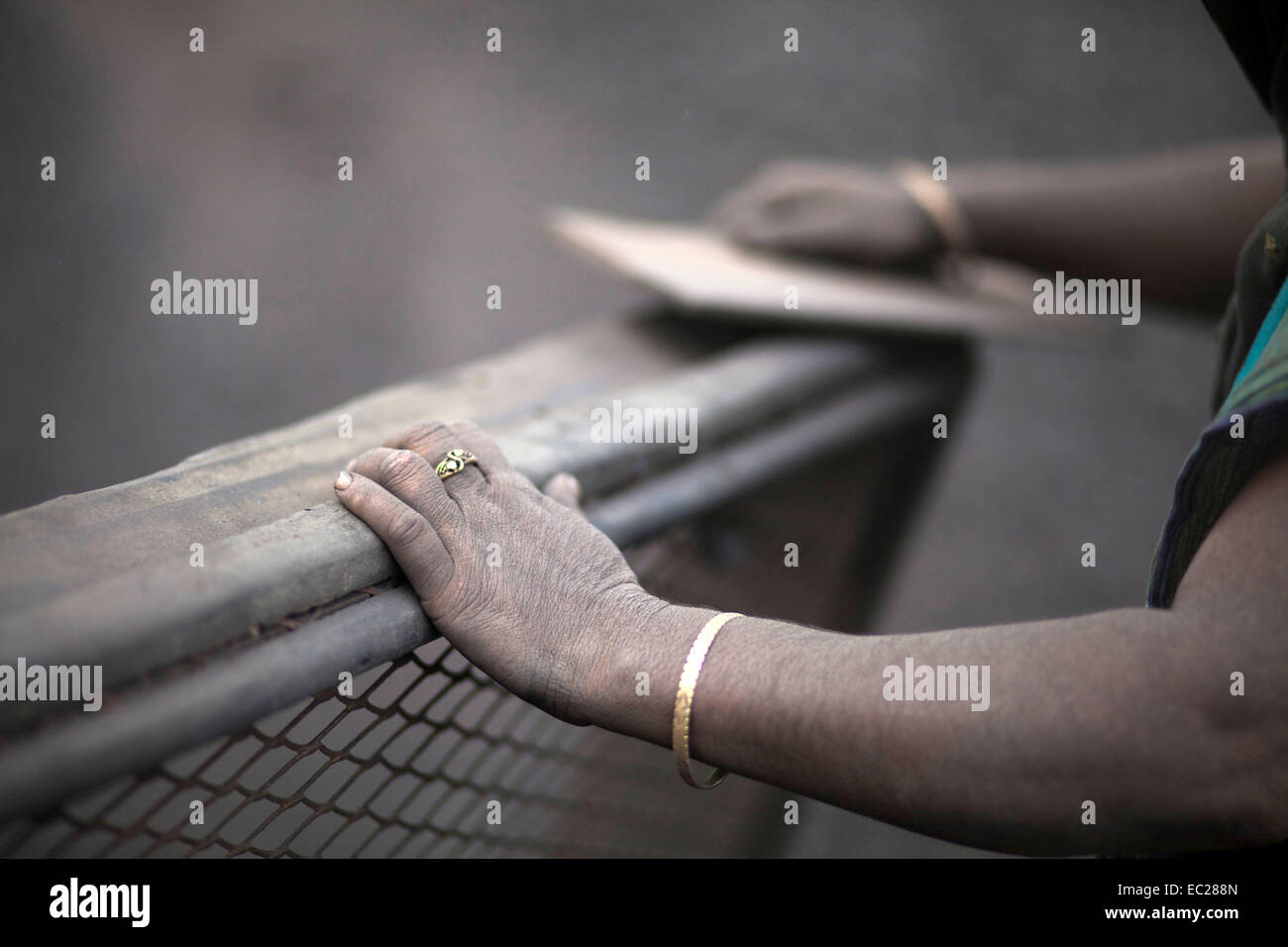 Dhaka, Bangladesh. 08th Dec, 2014. women labor working in dusty environment of waste coal processing by earning - Stock Image