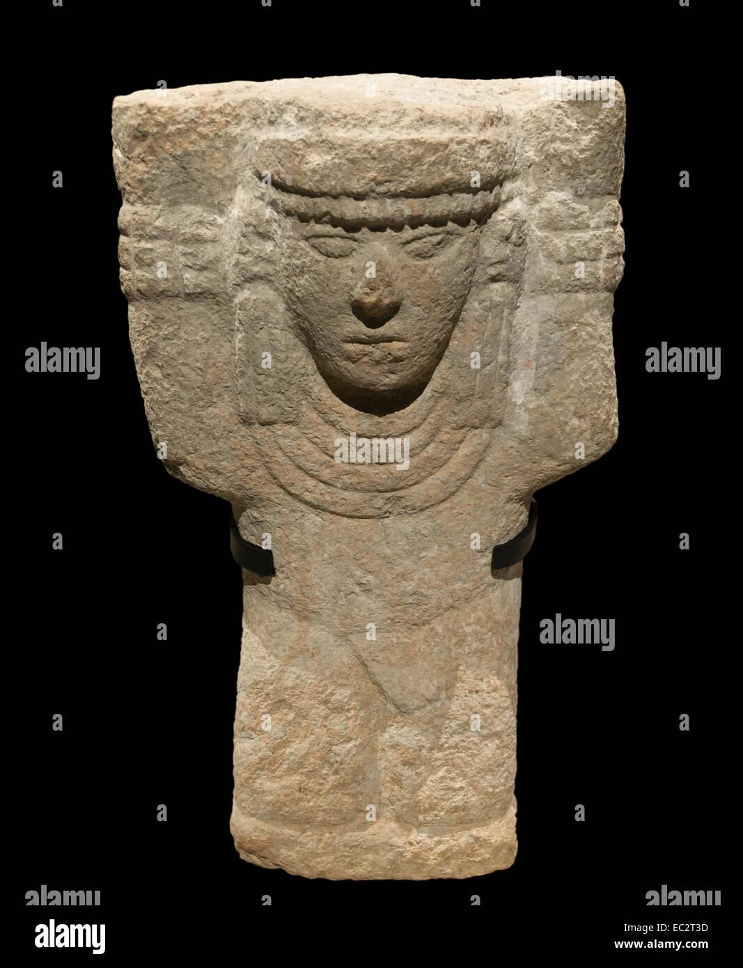 Maya kneeling atlante, Post-classic era (900 - 1250 CE), limestone, Chichén Itza, Yucatan, Mexico. - Stock Image