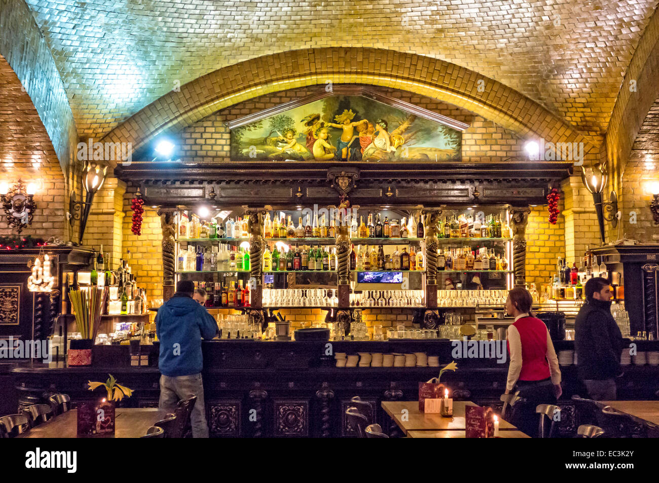 The bar at the Grand Rocka restaurant under the railway arches at Hackescher Markt, Mitte, Berlin, Germany - Stock Image